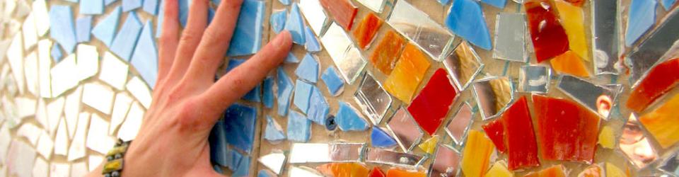 foto particolare_mosaico colorato e mano